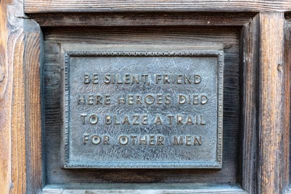 Sign at entrance of Alamo chapel.